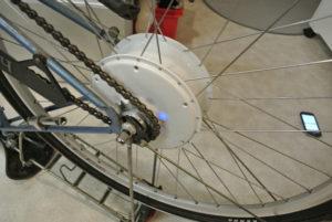 FlyKly-kiekko toimintavalmis, siniset valot palavat.
