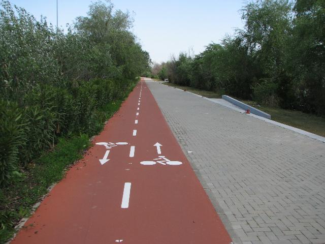 Sevilla punainen kaksisuuntainen kaistoitettu pyörätie