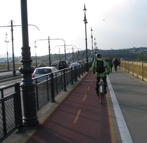 Budapest kaksisuuntainen värillinen pyörätie sillalla