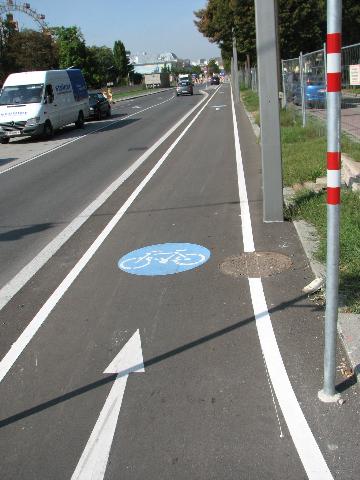 Wien yksisuuntainen hyvä pyörätie reunaviivoilla